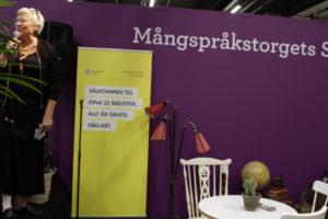 Mirjam Önner på Mångspråkstorget. Foto: Helén Andersson
