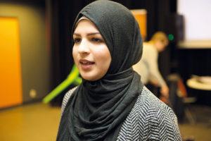 Seher Tabassum har lett ett antal debatter: – Det är viktigt att ungdomar är engagerade i samhället, säger hon. Foto: Fredrik Svedemyr