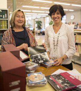 """Skapar möten. Tidigare bibliotekschefen Teresa Miret drog igång arbetet med """"Minnenas bibliotek"""". Ett sätt att knyta ihop generationer kring lokalhistorien i Igualada. Ett resultat av arbetet är bland annat en bok om livet i staden under spanska inbördeskriget. Nuvarande bibliotekschef Montse Lobato (th) driver nu arbetet vidare och ser det som viktigt att unga i en digital tid får kunskap om stadens historia. Foto: Fredrik Svedemyr"""