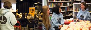 Unga röster I Oslo har Diechmanske bibliotek valt att skapa en arena för ungdomar att debattera. En arbetsgrupp på ett tiotal ungdomar riggar allt inför och under varje debatt. Ungdomarna får också betalt för sitt engagemang. Foto: Fredrik Svedemyr