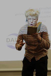 Beate Grimsrud läser ur sin bok Vad är det som finns i skogen barn? Foto: Helén Andersson