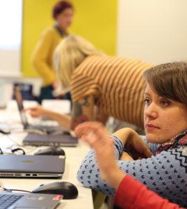 Språk Göteborgs stadsbibliotek kör barnhack för nio till tolvåringar. Det är ett sätt att introducera barn i ett av vår samtids viktigaste språk, programmering. Hanna Johansson (ner till höger) guidar tillsammans med kollegorna Rebecka Odin Ekström och Josefin Lindblom barnen i Scratch. Det är ett språk som är framtaget just för att skapa förståelse för hur datorer fungerar. Foto: Fredrik Svedemyr.