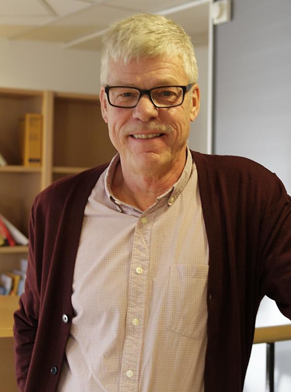Kompensatoriskt uppdrag Kjell Ahlgren menar att skolbiblioteken är ett viktigt verktyg i skolans kompensatoriska arbete. – Alla skolor och kommuner har i uppdrag att kompensera för de lite svagare eleverna. FOTO: Helén Andersson.