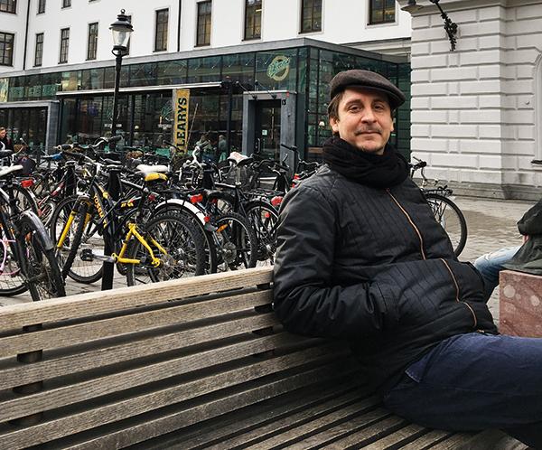 Bred bemärkelse Peter Björkman tycker det är viktigt att se att litteratur intresserar fler grupper än de som redan har koll på litteratur, författare och nya böcker. – Ska man jobba med sådana här saker kräver det att man angriper litteratur på helt andra premisser och det kräver rätt mycket arbete att etablera kontakt och inleda samarbeten. FOTO: Helén Andersson