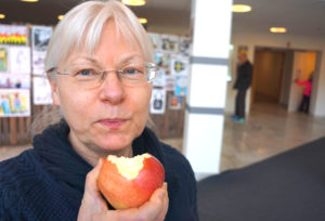 Katarina Dorbell är ansvarig för hemsidan Äppelhyllan på Barnensbibliotek.se. Tillsammans med Anna Fahlbeck på Linköpings stadsbibliotek har hon gått igenom och uppdaterat informationen på webben.