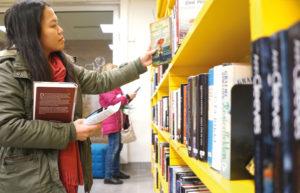 Skoluppgift Erma Rodas studerar svenska som andraspråk och letar efter en bok att skriva om i en skoluppgift. Att biblioteket har meröppet tycker hon är positivt. Då kan hon komma hit och läsa och studera när det passar henne.