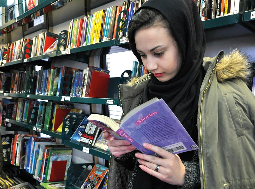 Fantasy. Fatemeh Mousari undersöker bokbussens utbud. Allra helst läser hon fantasyböcker.
