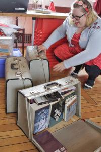 Karin Cellton packar upp och sorterar. – Att få åka båt i skärgården och få  ut böcker till dem som vill läsa dem är bland det roligaste jag gjort 9c1587fd0e36f