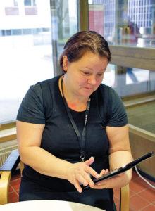 Ekonomi Eftersom e-böcker inte går sönder menar Aino Ketonen att det är ekonomiskt för biblioteken att skaffa e-böcker.