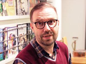 Engagerad aktivist Åke Nygren bloggar inte lika mycket nu som förr. Desto flitigare är han på Facebook och Twitter med dagliga kommentarer och delningar. – Jag är kanske lite udda på det sättet att jag inte är utbildad bibliotekarie. Men jag känner mig som en digital biblioteksaktivist. Foto: Helén Andersson.